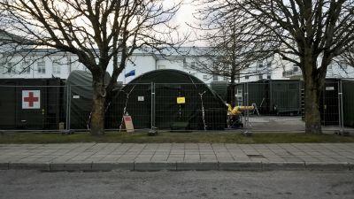 En militärsjukhusenhet har byggts upp utanför sjukhuset i Kuressaare för att klara av att ta hand om alla coronafall på ön Ösel.