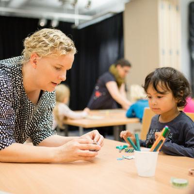 lastenkirjailija Vuokko Hurme Tuusulan kirjastossa lasten tietokirjapäivänä