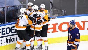 Philadelphia Flyers-spelare firar mål.