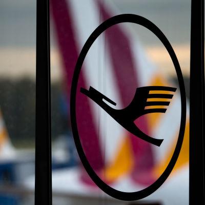 Lufthansas logo, i bakgrunden lågprisbolaget Germanwings logo