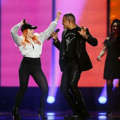 Man och kvinna dansar på scenen