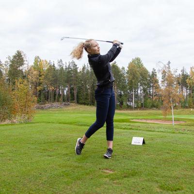 Ada Huhtala golffaamassa Tuosassa.