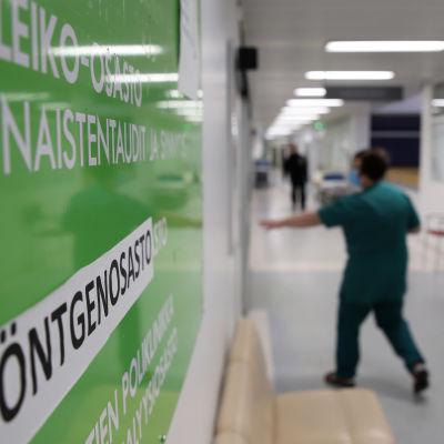 Käytävä Länsi-Pohjan keskussairaalassa, kyltti 2C naistentautien- ja synnytysosasto.