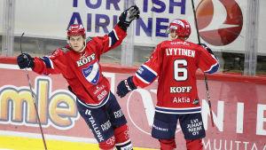 Joonas Rask och Joonas Lyytinen firar ett mål som HIFK gjort mot Vasa Sport.