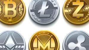 Närbild på flera mynt som föreställer kryptovalutor