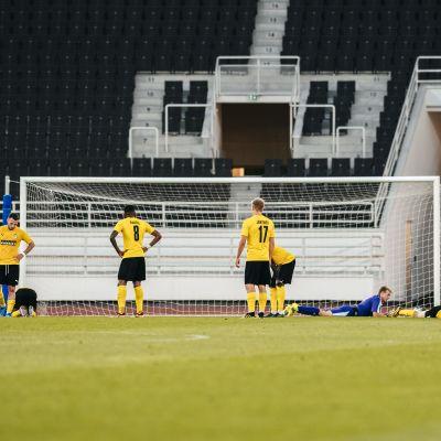 KuPS-spelare deppar efter baklängesmålet mot Astana.