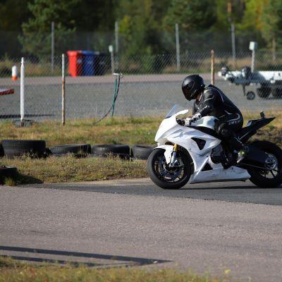 Mootoripyörä ajaa ajoradalla.