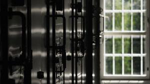 Riihimäen vankilan käytävää: ovia ja ikkuna