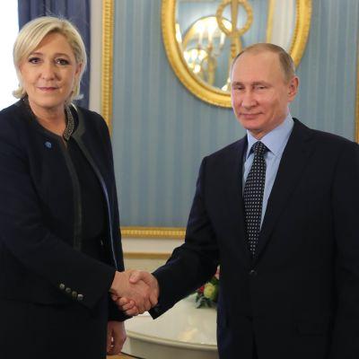 Den franska presidentkandidaten Marine Le Pen träffar Rysslands president Vladimir Putin i Moskva.