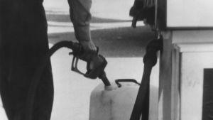 En man hamstrar bensin under oljekrisen år 1973.
