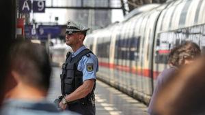 Polisen i Frankfurts centralstation.