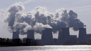 Kyltorn vid det tyska brunkolseldade kraftverket Jähnschwalde i Tyskland
