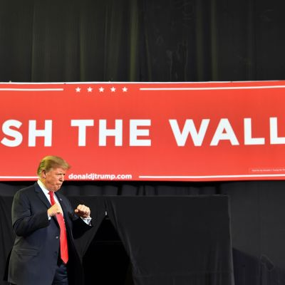 "Donald Trump framför en banderoll med texten ""Finish the wall"" i El paso, Texas."