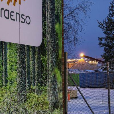 Stora Enson Oulun tahtaiden hakekenttä yhtiön seinässä olevan logon vieressä.