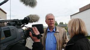 """Peter von Bagh dokumentin """"Suomalainen elokuvaohjaaja"""" kuvauksissa."""