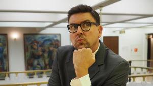 Håkan Omars som Svante i realityserien På kommun