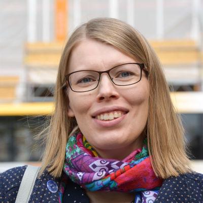 Närbild på Mari Jurtom som är utomhus och ler glatt mot kameran.