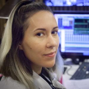 Närbild på Isabel Cruz Liljegren när hon sitter i studion.