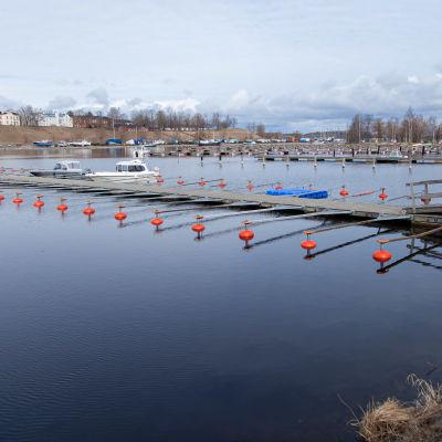 Lappeenrannan satama alkukeväästä. Laiturit vielä tyhjinä veneistä.