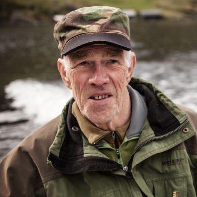 Helge Furnes asuu jylhän Bolstadfjorden-vuonon rannalla.