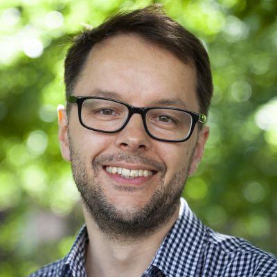 Lasse Garoff tittar in i kameran och ler