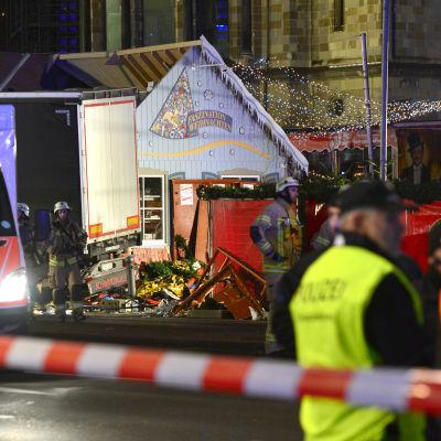 En lastbil har kört in i en folksamling på en julmarknad i Berlin. Bild från olycksplatsen.