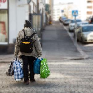 Utslagen man på gata i Helsingfors