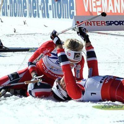 Marit Björgen tuulettaa voittoaan, Therese Johaug onnittelee.