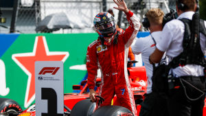 Kimi Räikkönen vinkar.
