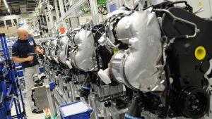 En Volkswagenanställd jobbar med dieselmotorer i en fabrik i Tyskland.
