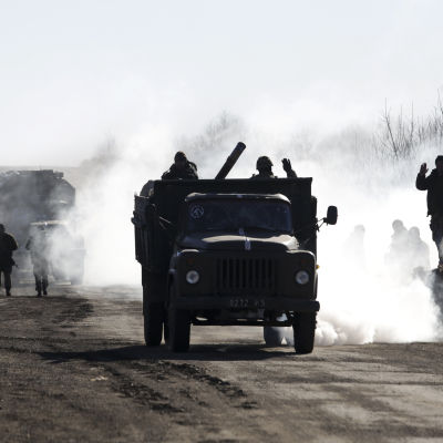 Ukrainska soldater retirerar från Debatlseveområdet.