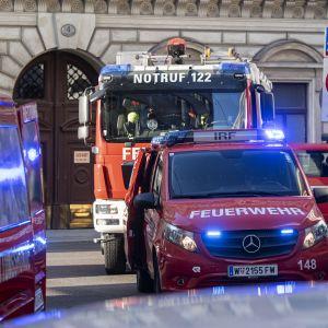 Räddningspersonal utanför raserad byggnad i Wien. En gasexplosion misstänks ligga bakom raset.