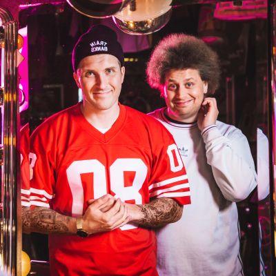 YleX:n juontajat Viki ja Köpi poseeraavat kuvassa peilin kautta.