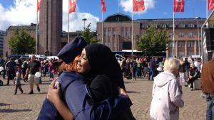 Habiba Ali kramar en kvinnlig polis.