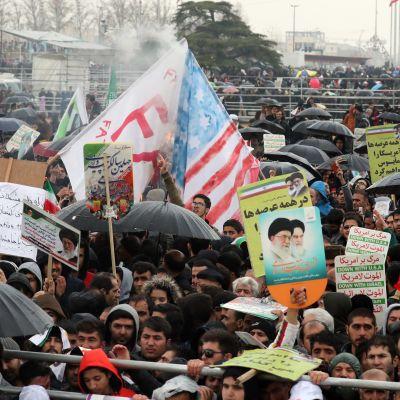 Flera hundratusen iranier tågade genom huvudstaden Teheran till Frihetstorget i stadskärnan