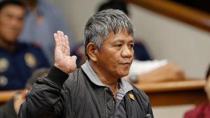 Edgar Matobato som själv deltog i över 50 mord och kindapnningar sedan år 1988, anklagar president Rodrigo Duertet för att ha beordrat över 1 000 mord