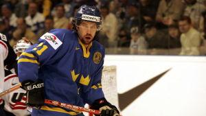 Peter Forsbeg på isen i Sveriges landslag.