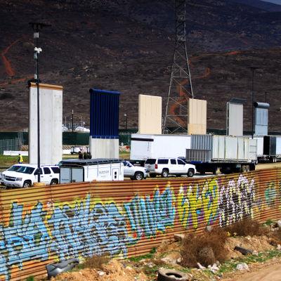 Åtta alternativa murmodeller förevisas i på gränsens till  Mexiko.