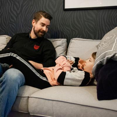 Isä Jussi Kurronen ja tytär Isla keskustelevat kännykän käytöstä. Tytär on erimieltä kuin isä.