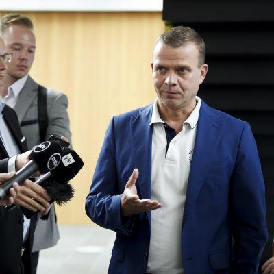 Finansminister Petteri Orpo svarar på frågor under de samlingspartistiska ministrarnas sommarmöte i Joensuu den 13 augusti 2018.