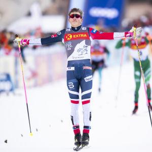 Johannes Hösflot Kläbo firar seger.
