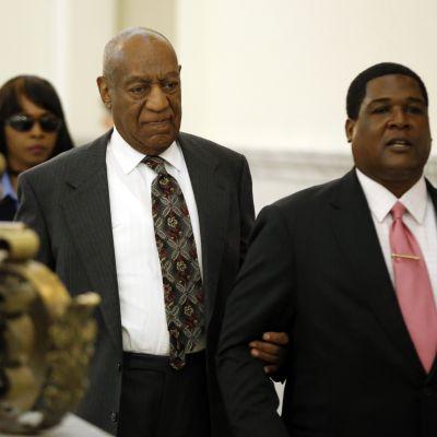 Bill Cosby poistumassa oikeussalista Norristownissa Pennsylvaniassa 24.5.2016.