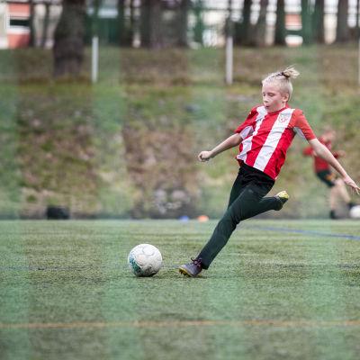 Fc LaPa:n juniori Jere Turunen pelaamassa jalkapalloa.