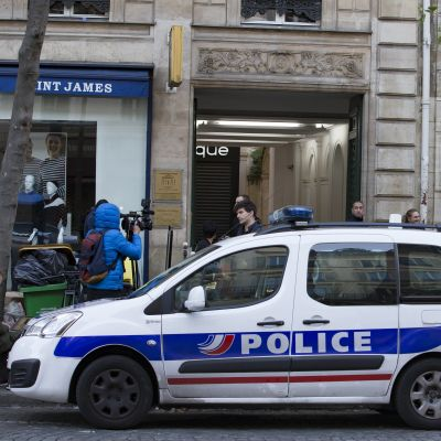 Poliisiauto rakenuksen edustalla.