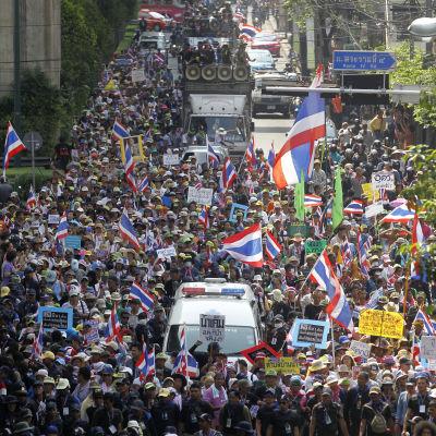 Oppositionsanhängare på gatorna i Bangkok inför senatsval.