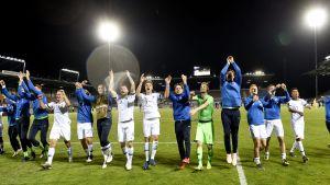 Finska spelare står och klappar