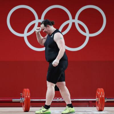 Laurel Hubbard jublar efter sitt lyft i OS.