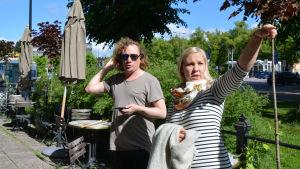 Kim Gustafsson och Elin Blomqvist funderar ut vilken rutt prideparaden i Borgå kommer att ta