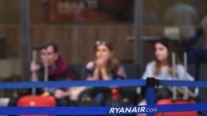 Väntande resenärer på flygplats.