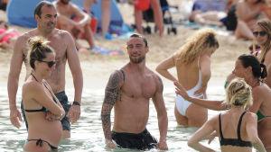 massa kändisar på en strand